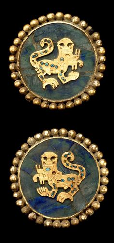 Pair of Ear Ornaments Depicting Supernatural Felines A. Gold with turquoise and sodalite inlay. Historical Artifacts, Ancient Artifacts, Ancient Jewelry, Antique Jewelry, Peru Culture, Colombian Art, South American Art, Indigenous Art, Gold Art