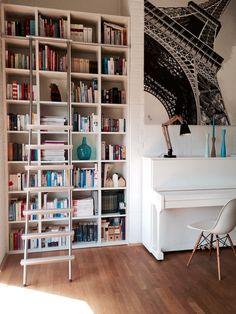 In unserer Galerie im Obergeschoss finden Bücherregal und Klavier Platz