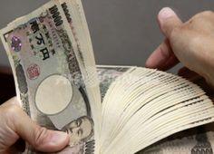 都内の銀行で1万円札を数える行員(2010年9月22日撮影、資料写真)。(c)AFP/Yoshikazu TSUNO ▼9Aug2013AFP|日本の借金、初めて1000兆円超える http://www.afpbb.com/articles/-/2961007 #japan_yen #Debt