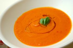 Deze heerlijke zoete aardappelsoep met wortel en paprika staat binnen een mum van tijd op tafel. Bovendien is deze soep super gezond en voedzaam.
