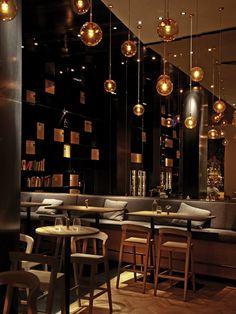 Restaurante com Móveis de Madeira e Luminárias Pendentes