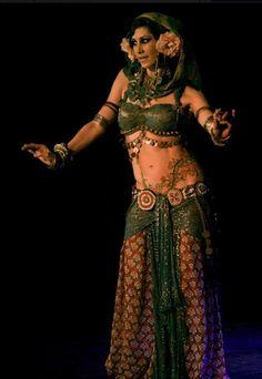 Rachel Brice, photo by Alma Oriental / Tribal fusion belly dance Belly Dance Belt, Belly Dance Outfit, Belly Dance Costumes, Belly Dancers, Rachel Brice, Tribal Fusion, Tribal Mode, Hula Dance, Dance Poses