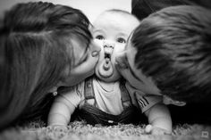 Photography and family pictures is a great way to bond with your children. Teaching them how to take family pictures will also help to build their self-esteem, and looking through the photographs you both . Photo Bb, Jolie Photo, Kiss Photo, Cute Baby Photos, Cute Pictures, 3 Month Old Baby Pictures, 1 Year Pictures, First Baby Pictures, Silly Photos