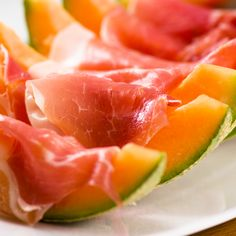 Prosciutto Crudo di Parma Ferrarini and melon: a fresh start for this summer! #melon #parmaham #prosciuttoparma #ham #Parma #prosciuttoparma #prosciutto #weeatprosciutto #Italy #Italianfood #food #recipe #Ferrarini #LoveItaly #starter #appetizer #fingerfood #summer