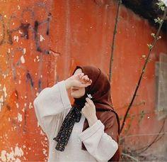 Instagram photo by صور بنات محجبات • Nov 27, 2019 at 10:45 PM Modest Fashion Hijab, Modern Hijab Fashion, Hijab Fashion Inspiration, Dreamy Photography, Teenage Girl Photography, Girl Photography Poses, Beautiful Muslim Women, Beautiful Hijab, Hijab Hipster
