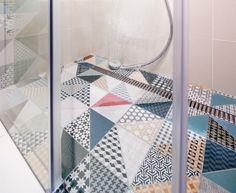 Sérii Deco (RAKO) použili majitelé i na podlahu sprchového koutu.