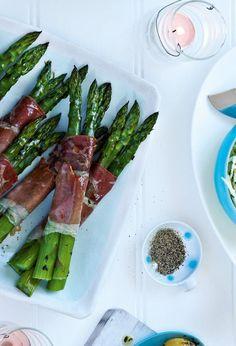 Roasted asparagus wrapped in Parma ham - delicious. Ham Recipes, Veggie Recipes, Healthy Recipes, Healthy Meals, Dishes Recipes, Veggie Meals, Savoury Recipes, Asparagus Soup