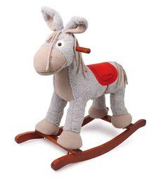 """Een leuke kerel van knuffelzacht textiel is deze kleine ezel met schommelglijders van gelakt hout. Bij het drukken op een oor weerklinkt een vrolijk kinderlied! En om ervoor te zorgen dat bij slaap - of etenstijd, bij de inkoop of uitstapjes het lieve speelkameraadje niet vermist wordt, de kleine """"Pepino"""" (art-nr. 4212) meteen erbij bestellen!"""