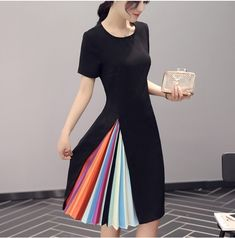 Women's Outfits : An interesting 'accordion' dress concept I saw on a Chinese dress site people… Kleidung Design, Diy Kleidung, Chic Dress, Dress Skirt, Sheath Dress, Pretty Dresses, Beautiful Dresses, Gorgeous Dress, Dress Sites