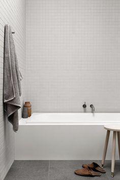 Caulfield Residence by Pipkorn Kilpatrick - Modern Zen Bathroom, Small Bathroom Bathtub, Tile Bathrooms, Modern Bathtub, Light Bathroom, Bathroom Inspo, Bathroom Remodeling, Remodeling Ideas, Master Bathroom