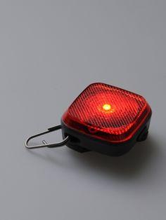 首輪やラフウェアのフロートコート、オーバーコート類のライトループにつけられるLEDライトです。「防水で悪天候の際や水中でも使用できます。」って(^^ )