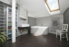 Dostavbou půdy vznikl prostor i pro jednu ze dvou koupelen.