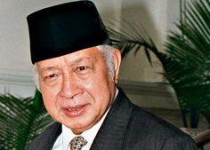 DPR: Semua Mantan Presiden RI Patut Dapat Gelar Pahlawan : Hingga kini pemberian gelar pahlawan nasional kepada mantan Presiden RI ke-2 dan ke-4 yakni Soeharto dan Abdurrahman Wahid (Gus Dur) tidak kunjung tiba dari pemerintah