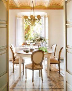 Mix de referências na Espanha. Veja mais: http://www.casadevalentina.com.br/blog/materia/com-jeito-de-campo.html #decor #decoracao #style #estilo #interior #design #home #casa #details #detalhes #dining #casadevalentina