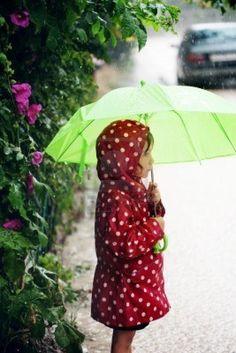 Bambino a piedi sotto la pioggia  Archivio Fotografico