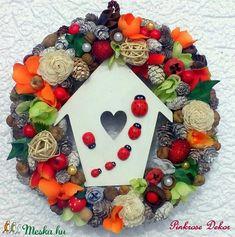 Katicás  kopogtató (24 cm) KÉSZTERMÉK (pinkrose) - Meska.hu Ornament Wreath, Ornaments, Christmas Wreaths, Holiday Decor, Diy, Home Decor, Christmas Swags, Bricolage