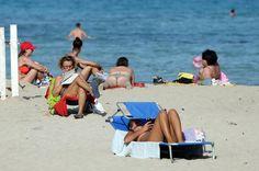 L'estate a ottobre, a Mondello si brinda in mare