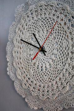 BRIGG: Klokke for den søte - del * 1 Doily clock - no pattern Crochet Home Decor, Crochet Crafts, Crochet Doilies, Crochet Projects, Crochet Flowers, Love Crochet, Knit Crochet, Doily Art, Doilies Crafts