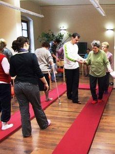 Der kyBounder eignet sich besonders gut für Rehabilitation und Therapie. Der weiche Untergrund animiert den Körper zu permanenter Bewegung. Diese intensive Form des Trainings verbessert die Funktion der Tiefenmuskulatur und trägt auch zur Reduktion von Schmerzen bei. Das Gehen und Laufen auf dem kyBounder reduziert die Schläge auf die Gelenke, dehnt und kräftigt die tief liegende Muskulatur und verbessert die Koordination. Abmaße 46x46; 96x46; 196x46; 296x46; 496x46 in 2, 4 und 6cm Dicke ab $129