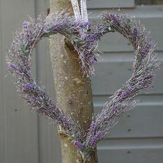 couronne en forme de coeur faite de lavande