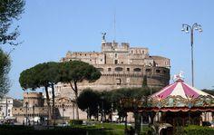 El Castel Sant'Angelo,  mausoleo de Adriano (123 d.C.),  tuvo múltiples usos en la Edad Media (fortaleza, cuartel y prisión) antes de convertirse en residencia papal en el siglo XV, unida a San Pietro por un largo corredor. Durante los años (1520-1530), Clemente VII y Pablo III instalaron en ella suntuosos apartamentos. Desde la terraza, dominada por un colosal San Migel de bronce (1752), vista de San Pietro y del bello ponte Sant'Angelo - Portal Fuenterrebollo