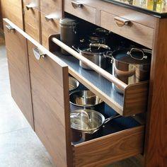 Фотография: Кухня и столовая в стиле Современный, Интерьер комнат, скрытое хранение на кухне, выдвижные ящики для хранения, угловые конструкции для кухни, бутылочница, выдвижной контейнер для мусора, хранение под раковиной, хранение над вытяжкой, ящики для столовых приборов, сушка для посуды, как хранить кухонную утварь – фото на InMyRoom.ru