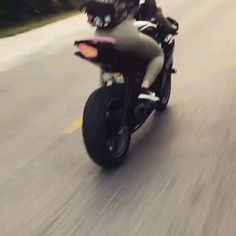 Tag a biker chick Girl Riding Motorcycle, Female Motorcycle Riders, Motorbike Girl, Lady Biker, Biker Girl, Hd Fatboy, Estilo Cafe Racer, Moto Biker, Biker Chick