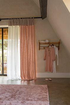 Gordijnen met lussen in wit en roze-nude linnen
