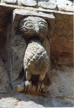 Modillon. Chouette Ancient Egyptian Architecture, Seamless Gutters, Sculptures, Lion Sculpture, Old Churches, Historical Art, Club, Romanesque, Ancient Art