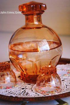 λικέρ μαστίχα Greek Desserts, Greek Recipes, Drink Bottles, Perfume Bottles, Glass Bottles, The Kitchen Food Network, Greece Food, Homemade Alcohol, Art Of Glass