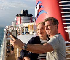 Angélica e Luciano fazem foto no celular (Foto: Ryan Wendler/Walt Disney World)