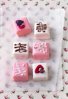 Petit Fours - Rezepte für Petit fours und süße Törtchen - Hier ist Kreativität gefragt und erlaubt: Die kleinen Stückchen kann man nach Geschmack füllen und mit Fantasie dekorieren. Für 14 Stück brauchen Sie: Für...