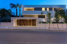 A small exotic paradise, an L-shaped form modern home in Athens designed by Moustroufis Architects - CAANdesign Design Exterior, Facade Design, Modern Fence Design, Modern House Design, House Main Gates Design, Compound Wall Design, Modern Courtyard, Small Modern Home, House Of Beauty