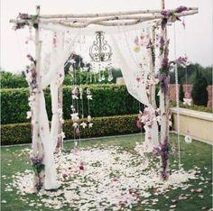 Gazebo matrimonio in bambù decorazioni di fiori pendenti e organza bianca a copertura dei pali ...
