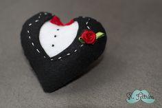 Coração de noivo - passo a passo em vídeo #felt #feltro #DIY #pattern #free #handmade #selfmade #heart #groom #wedding #married #cute #love Elsa, Christmas Ornaments, Diy, Holiday Decor, Design, Weddings, Feltro, Baby Dolls, Colors