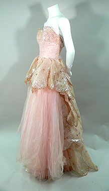 Dior 'Venus' strapless pink ball gown - 1949 - Embellished with sequins - Mlle the rose petal pink and the butterfly like gold train would most definitely be a look for Titania Vintage Dior, Vintage Mode, Vintage Gowns, Vintage Couture, 1940s Fashion, Vintage Fashion, Trendy Fashion, Ball Dresses, Ball Gowns