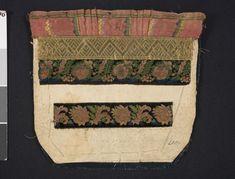 Bröstduk dekorerad med sidenband, guldgalon och band i sammetsbrokad, sydda på dubbla lager papper. Baksida av vadmal; Vemmenhög, före 1906. Malmö Museer, nr. MM 004067