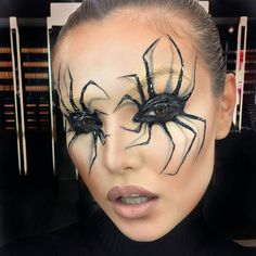 Are you looking for inspiration for your Halloween make-up? Check out the post right here for creepy Halloween makeup looks. Yeux Halloween, Halloween Eye Makeup, Halloween Looks, Diy Halloween Costumes, Halloween Party, Halloween Halloween, Facepaint Halloween, Halloween Decorations, Halloween Face Paintings
