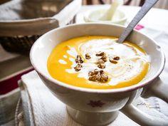 Nous, pour le réveillon, ben on a prévu d'la soupe ! Eh ouais, d'la soupe ! Mais pas n'importe laquelle : une crème toute en douceur de potimarron, relevée de noix de muscade et agrémentée de châtaignes en brisures ou encore de cerneaux de noix. Simple mais efficace ! Plus sexy que la soupe de mamie hein ? ;) .