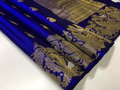 Aesthetically captivating Kanchipuram pure silk saree for our fashion connoisseur. WhatsApp us on 8104099526 for more details/purchase. Kanjivaram Sarees Silk, Chanderi Silk Saree, Indian Silk Sarees, Organza Saree, Pure Silk Sarees, Indian Beauty Saree, Sabyasachi Sarees, Kanchipuram Saree, Pattu Sarees Wedding