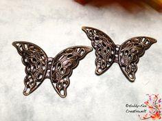 4 filigrane bronzefarbene Schmetterlinge, super schön!! Es sind zwei Fädellöcher vorhanden.  Durch die leichte 3D-Formgebung absolut stabil aber formbar. Sehr gute Qualität.  Bei größerem Mengenwunsch einfach nachfragen.