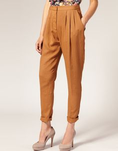 Pleated peg pants 3 yards with drape Cream and brown heavy polyView BurdaStyle community discussions about the topic 'Patterns for peg-leg trousers?Pretty Photo of Trendy Sewing Patterns Trendy Sewing Patterns Fashion Sewing Patterns Inspiration Comm Peg Leg Trousers, Tailored Trousers, Trousers Women, Pants For Women, Trousers High Waisted, Highwaisted Trousers, Trousers Fashion, Culotte Pants, Cropped Trousers