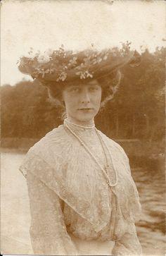 Vintage Photographs, Vintage Photos, White Tea Dresses, Ww1 Photos, Victorian Photography, Belle Epoch, Vintage Photo Album, Old Portraits, Antique Clothing