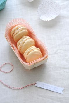 Clementine Macarons with Citrus Cream Filling. Lovely gifts tags as well for giving. Christmas Cookies Packaging, Cute Christmas Cookies, Cookie Packaging, Yummy Treats, Sweet Treats, Tooth Cake, Macaroon Recipes, Le Diner, Perfect Food