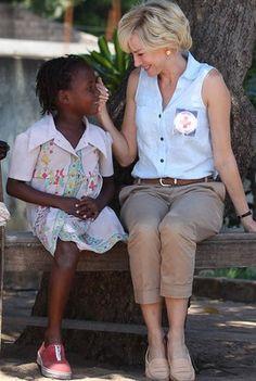 http://www.fashionassistance.net/2013/08/naomi-watts-en-el-primer-trailer-de-la.htmlFashion Assistance: Naomi Watts en el primer trailer de la película sobre Diana de Gales