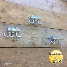 Kapstokhaken dubbel, set van 3, gemaakt met behulp van steigerbuizen en buiskoppelingen. #Spandoekman #DIY #DoItYourself #DHZ #DoeHetZelf #knutselen #kapstok #kapstokhaken #steigerbuizen #buiskoppelingen #kerst #cadeau