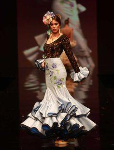 """Con """"Flamenca pura"""", Sonia&Isabelle apuestan esta temporada por una colección de trajes de flamenca bordados con mucho vuelo."""