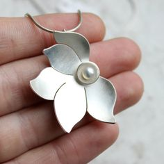 Sterling Silver and Pearl Necklace Silver Flower por moiraklime