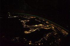 """Salento terra di illuminazione artificiale, che lo fa spiccare come una macchia luminosa nella foto scattata dallo spazio dall'astronauta Luca Parmitano, ancora impegnato nella missione spaziale """"Volare"""", postata il 3 ottobre su Facebook e Twitter. Nell'immagine, che sa spopolando sui soci"""