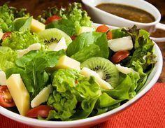 SALADA COM MOLHO DE MOSTARDA E MEL - Numa saladeira, disponha folhas de alface e de rúcula. Distribua fatias de kiwi, tomates-cereja, cubos de queijo tipo estepe e lascas de queijo parmesão. Numa molheira, misture 2 colheres de mostarda, 2 colheres de mel, 2 colheres de vinagre balsâmico, 4 colheres de azeite, 1 colher (chá) de sal, 2 colheres de sementes de gergelim para o molho. Sirva-o à parte com a salada reservada. Dica: você pode substituir os kiwis por uma manga em tiras.